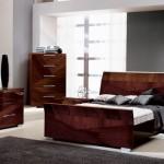 mobila dormitor de culoare roscata pentru o camera pe noaste de gri