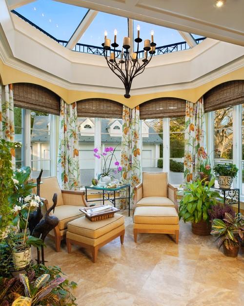 Camera cu tavan din sticla si ferestre pe toate lateralele cu jaluzele din paie si draperii cu lori galbena