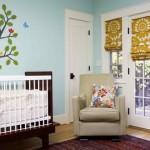Camera de bebelus zugravita cu bleu si draperii romane albe cu flori mari mustar