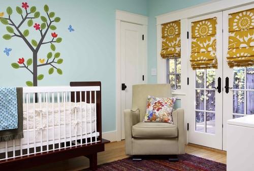 Camera de bebelus zugravita cu belu si draperii romane albe cu flori mari mustar