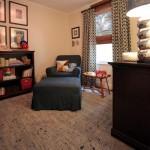 Camera pentru bebelus cu jaluzea din paie si draperii negre cu romburi crem