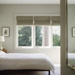 Dormitor alb cu draperii romane de culoare crem