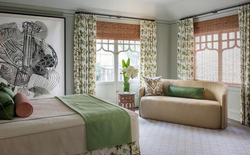 Dormitor cu jaluzele din lemn si draperii albe cu motive florale verzi