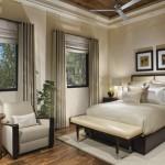 Dormitor cu pat pe mijloc cu tablie din piele crem si bancuta asortata si draperie si jaluzele aceasi culoare