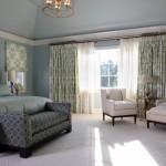 Dormitor cu tavan inalt cu peretii zugraviti gri bleu perdea alba si draperii asortate cu alb ci vere