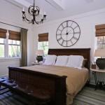 Dormitor in stil marinaresc cu jaluzele romane din lemn si draperie maro inchis