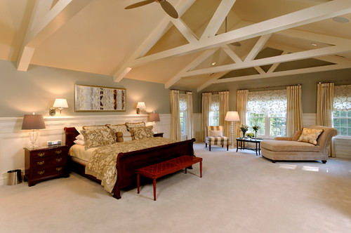 Dormitor mare cu lambriu alb pe pereti si rolete textile albe cu model asortat cu draperii crem