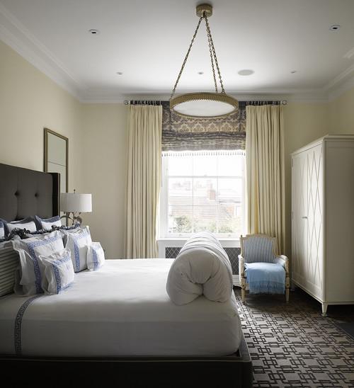Dormitor modern cu jaluzea romana asortata cu draperii crem