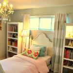 Dormitor pentru tineret cu fereastra lunga si ingusta decorata cu jaluzele si draperii in dungi albe cu gri