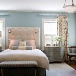 Dormitor zugravit bleu cu pat cu tablie tapitata cu piele crem cu draperie crem cu modele albastre