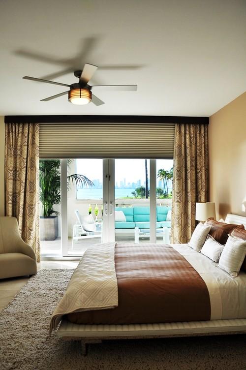 Dormitor zugravit in crem si gri cu obloane gri si draperie cu spirale crem si maro inchis