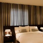 Draperii pentru dormitor din organza culoare maro cu model in dungi