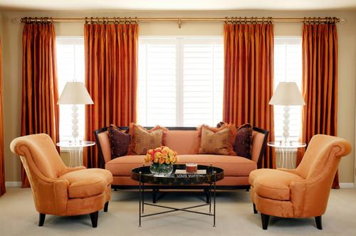 Living cu canapea si fotolii si draperii portocalii