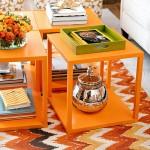 Masute de cafea mici portocalii asezate una langa alta