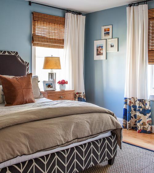 Pereti zugraviti cu bleu intens jaluzele din lemn si draperii albe cu model cu flori albaste la baza