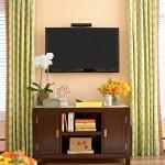 Televizor montat direct pe perete in living mic