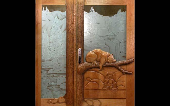 Usa dubla de intrare din lemn masiv si sticla mata