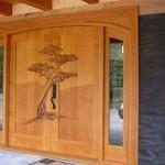 Usa dubla din lemn masiv sculptata manual cu model cu copac