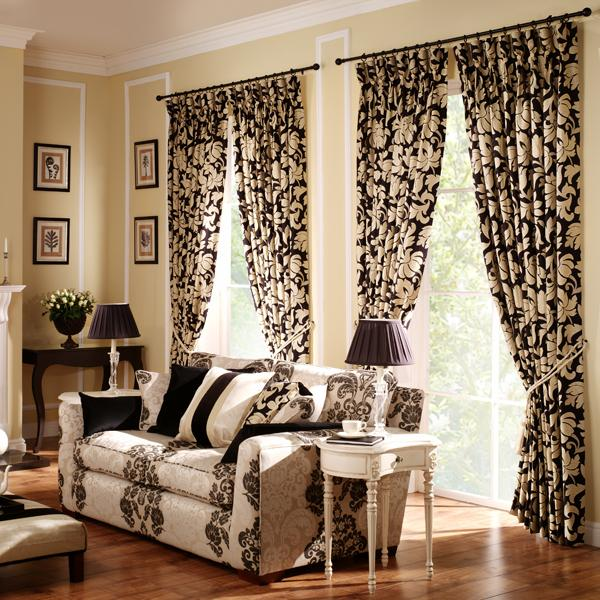draperii alb cu negru in ton cu canapeaua din living