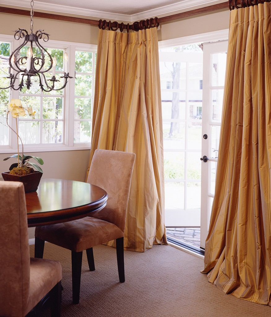 draperii tafta in sufrageria casei