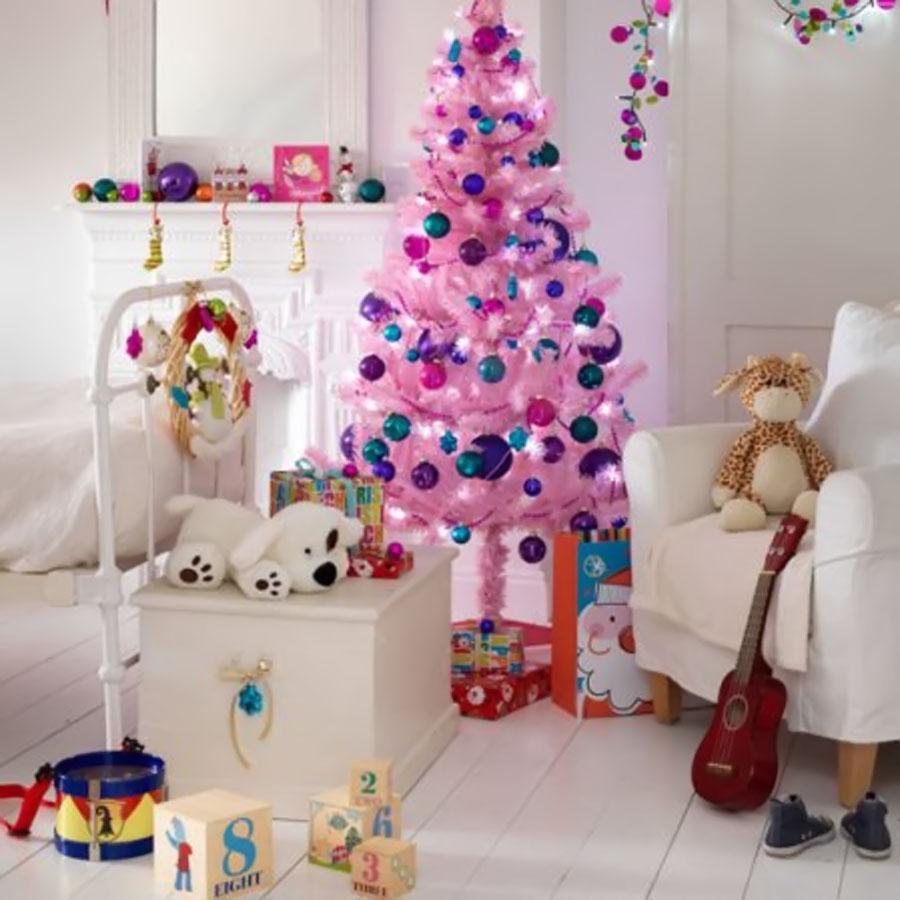 Brad de Craciun artificial de culoare roz pentru camera copilului