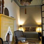 Dormitor amenajat cu gri galben si nuante de maro