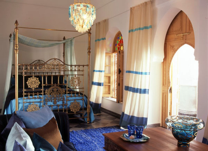 Dormitor amenajat in stil marocan cu pat cu cadru inalt din alama