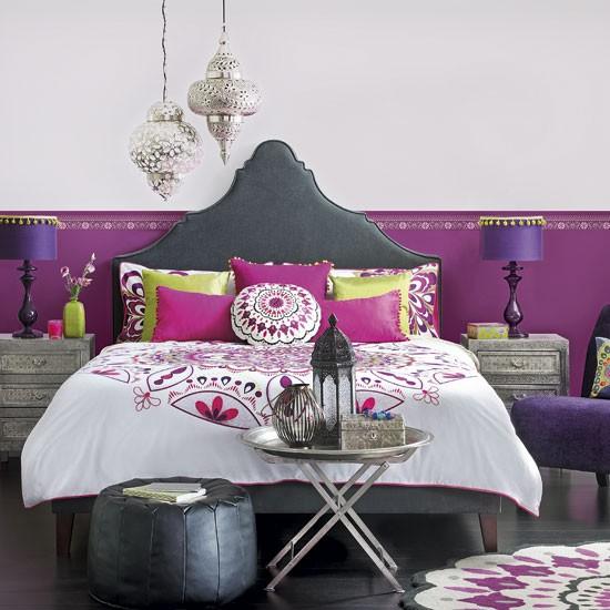 Dormitor in stil marocan in combinatia negru cu violet
