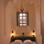 Dormitor mic si ingust amenajat simplu in stil marocan traditional