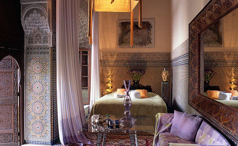 Dormitor original marocan cu oglinda cu rama lata din lemn pictata si usi din lemn cu motive marocane