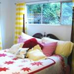 Dormitor simplu cu elemente decorative in culori tari galben si rosu