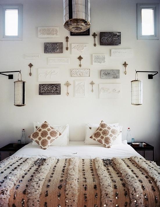 Elemente decorative marocane asezate deasupra patului