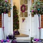 Idee de decorare a exteriorului casei cu globuri pentru Craciun