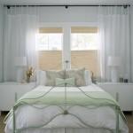 Ideea de decorare a ferestrei cu perdea scurta din voal pentru dormitor