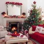 Living cu canapea rosie decorat pentru Craciun cu ghirlande de Poinsetia