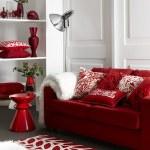 Living mic decorat cu alb gri si rosu in spiritul Craciunului