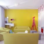 Living minimalist decorat cu accente de galben si rosu