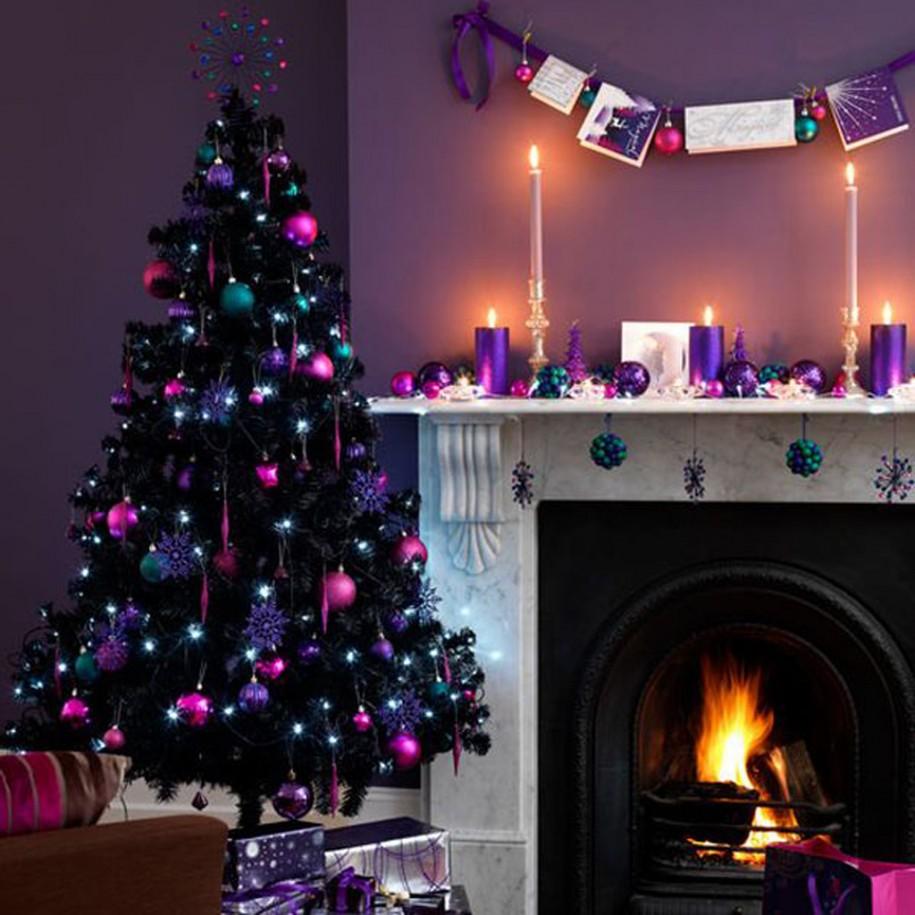Living mov decorat cu brad de Craciun cu globuri violet si lila
