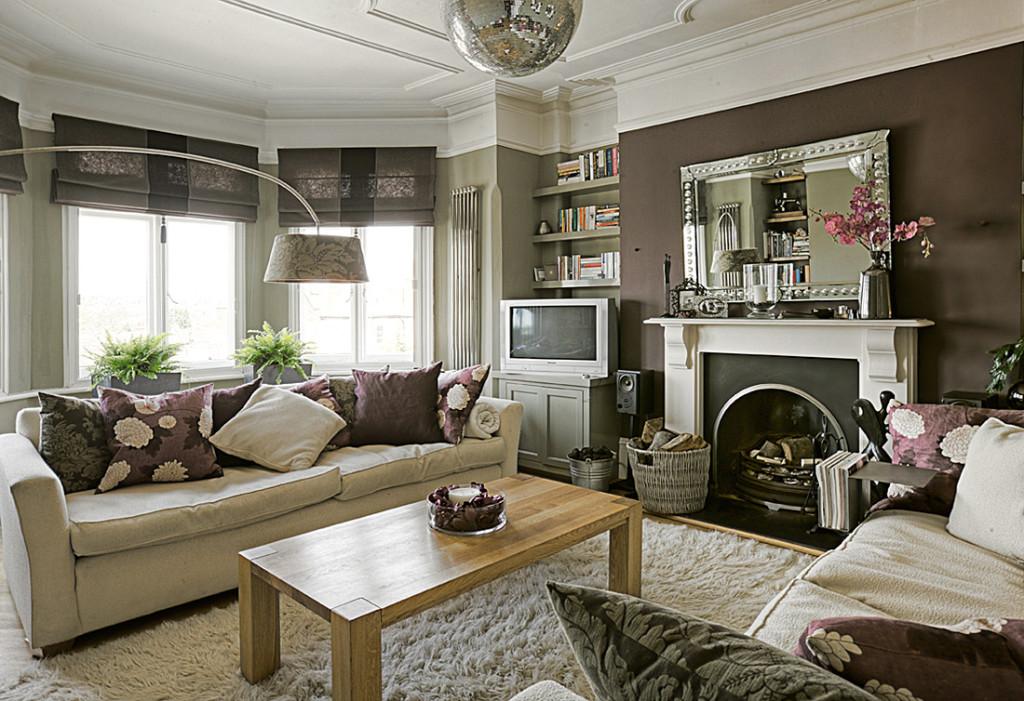 Living room cu semineu decorat cu oglinda zi zona de relaxare