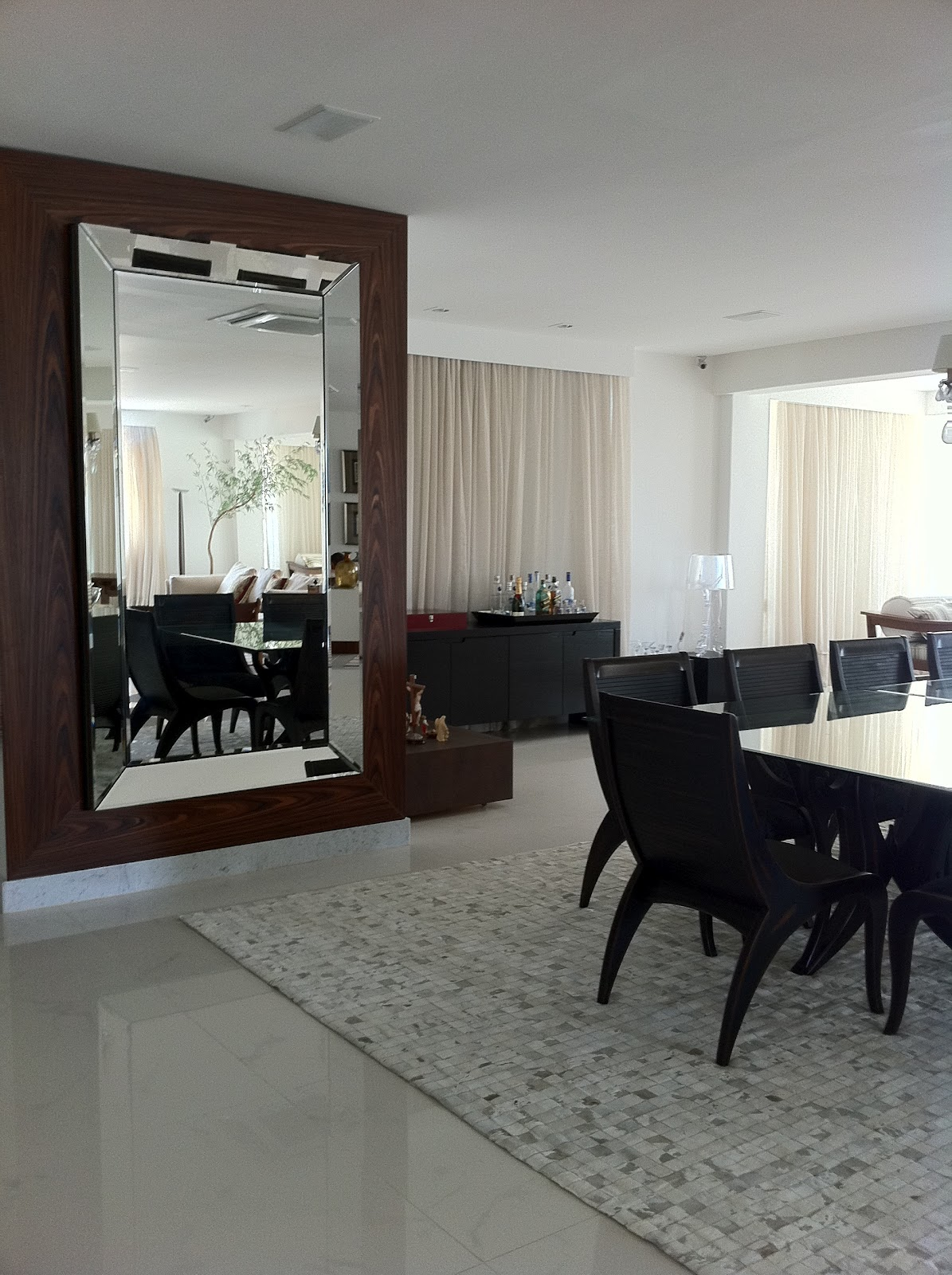 Oglinda mare pentru livingroom decorat in stil neo-clasic