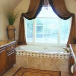Perdea scurta in falduri pentru fereastra din baie