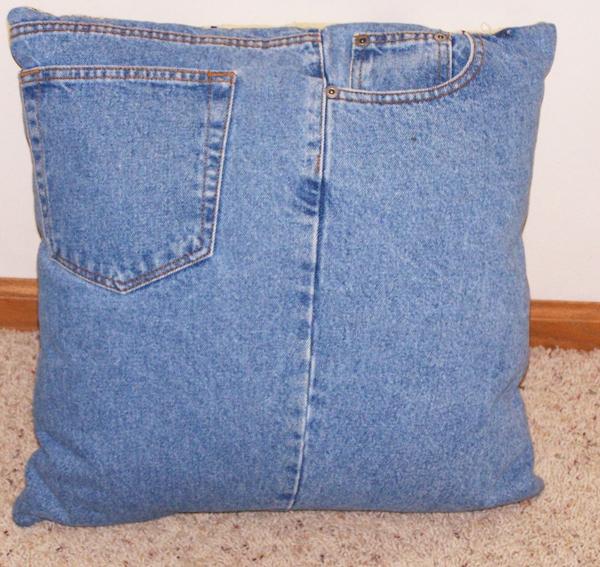Perna realizata dintr-un pantalon vechi