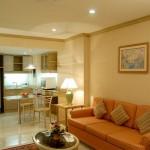 living mic intr-un mic apartament decorat in stil shabby-chic