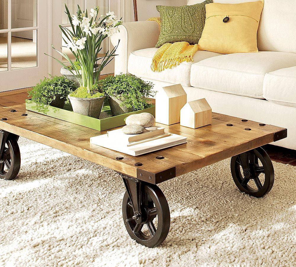masuta de cafea din panouri de lemn si roti de metal si covor din lana pentru living
