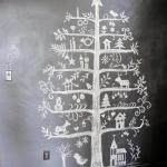 Brad desenat cu creta pe un perete cu vopsea cu efect de tabla de scris