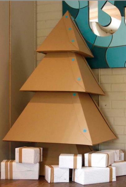 Cutii de carton asezate in forma de brad pentru Craciun