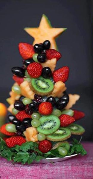 Fructe aranjate in forma de bradut
