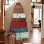 Valize si cutii din lemn asezate in forma de piramida