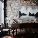 Amenajare rustica cu perete nefinisat din piatra si pian din lemn