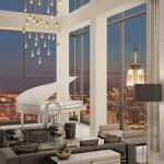 Corpuri de iluminat elegante si moderne intr-un apartament cu ferestre inalte
